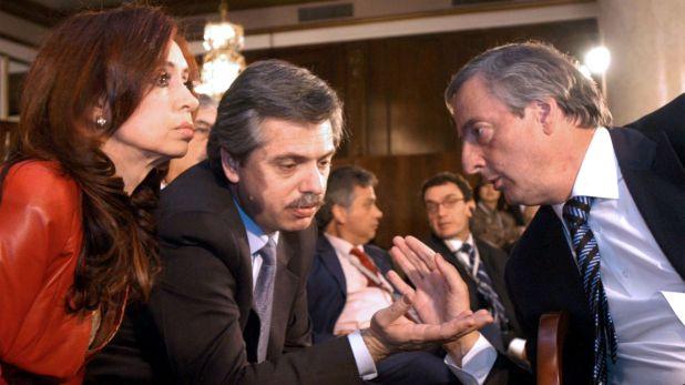 El entonces presidente Néstor Kirchner, junto a la entonces senadora Cristina Fernández  y quien fuera el jefe de gabinete Alberto Fernández (foto NA/Presidencia)