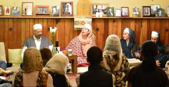 La sheija Amina Teslima al Yerráhi en una de las reuniones de su comunidad, en México DF
