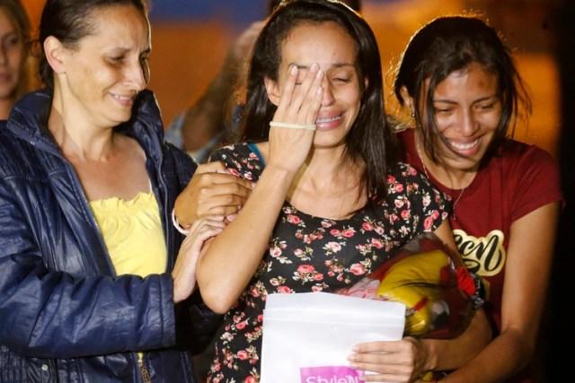 Karen Palacios, al centro, es acompañada de sus familiares después de salir de la prisión de Los Teques a las afueras de Caracas, el martes 16 de julio de 2019. (AP Foto/Ariana Cubillos)