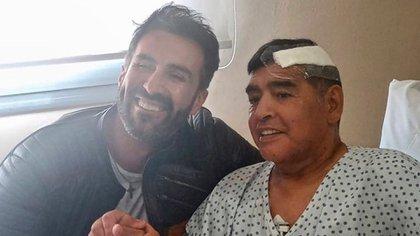 La última foto que se sacó Luque con Maradona después de la operación que le realizó en la cabeza
