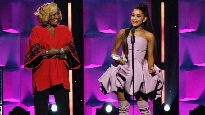 Pattie La Belle entregó el premio a Ariana Grande (AFP)