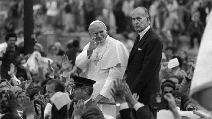 Giscard d'Estaing junto al papa Juan Pablo II en 1980 (AFP)