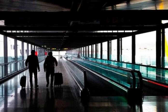 Two passengers cross one of the terminals at Adolfo Suárez Madrid-Baraja Airport.  EFE / Emilio Naranjo / Archive