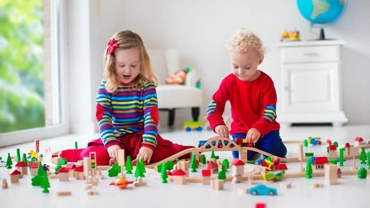Tanto los padres como los chicos con más acceso a la tecnología tienen un mayor poder para ejercer su demanda de manera más eficaz (Shutterstock)