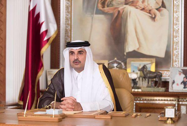 """El Emir de Qatar Sheikh Tamim bin Hamad al-Thani durante un discurso a la televisión catarí el pasado 21 de julio en el que abrió al diálogo bajo dos condiciones: """"la no interferencia y la no imposición de dictados"""". (Qatar News Agency/Handout via REUTERS)"""