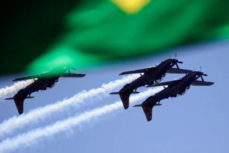 El escuadrón brasileño de acrobacias aéreas matizó la breve reunión en Brasilia (REUTERS/Adriano Machado)