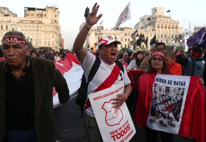 Manifestantes protestan contra el congreso peruano en Lima, Perú, el jueves 5 de septiembre de 2019. (AP Foto/Martin Mejia)