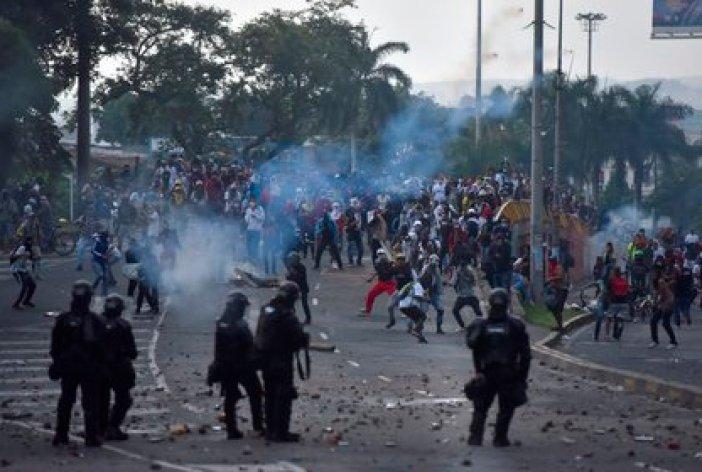 Manifestantes se enfrentan a miembros del ESMAD durante una jornada de protestas en contra de la reforma tributaria propuesta por el gobierno de Iván Duque, el 29 de marzo de 2021, en Cali (Colombia). EFE/Ernesto Guzmán Jr