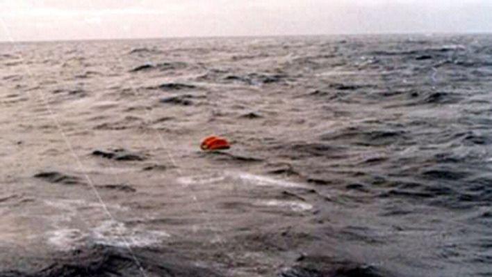 La primera balsa rescatada estaba vacía, provocando una profunda decepción entre los tripulantes del Piedrabuena (Asociación extripulantes ARA Piedrabuena/VGM Luis Lamantia)