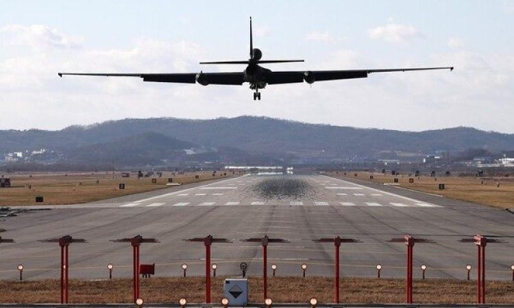 Un avión espía U-2 A aterriza en la base de Osan en Pyeongtaek. Esta aeronave símbolo de la Guerra Fría volvió a cumplir su rol de reconocimiento debido a la crisis en Corea (Reuters)