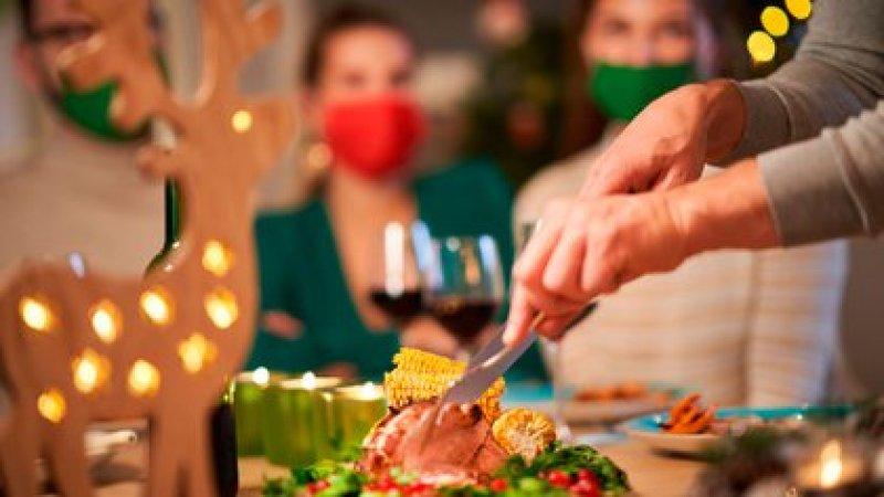 Se debe asignar una persona para repartir los platos y levantar la mesa, idealmente alguien que haya tenido la infección, si no, el que lo haga tendrá que hacerlo con barbijo (Shutterstock)