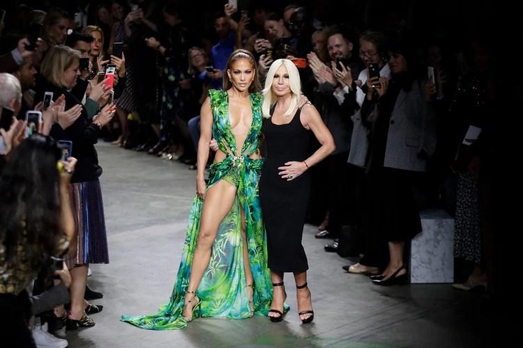 Jennifer Lopez apareció en el desfile de Donatella Versace (Foto: AP Photo/Luca Bruno)