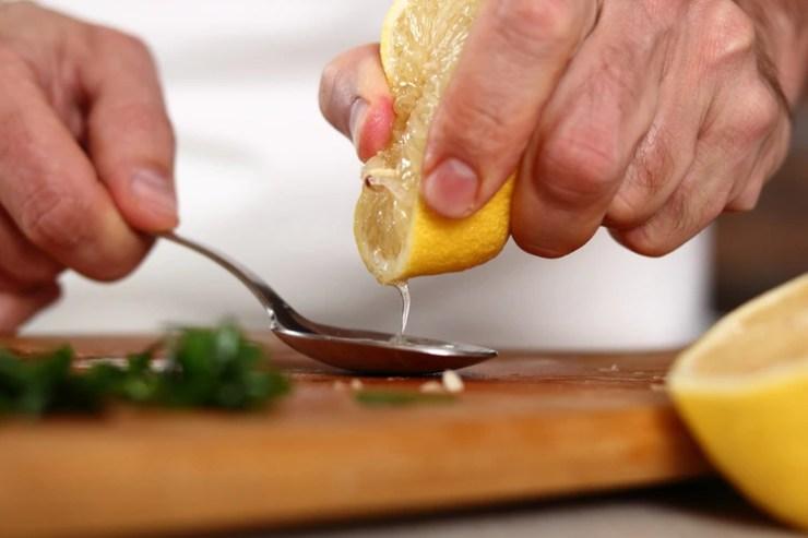 El limón tiene una cantidad importante de ácido cítrico pero se puede encontrar también en muchos otros alimentos