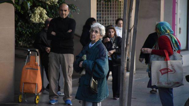 Banco Piano Urquiza dia 2 cuarentena jubilados.jpg