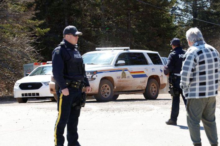 Personal de la Real Policía Montada de Canadá bloquea una vía durante la persecución a un hombre que habría disparado varias veces en Portapique, Nueva Escocia, Canadá [19 de abril de 2020] (Reuters/ John Morris)