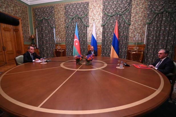 """El ministro de Exteriores de Rusia, Sergei Lavrov, ha anunciado un alto el fuego """"humanitario"""" acordado entre Armenia y Azerbaiyán a partir del sábado a mediodía para cesar las hostilidades en la región de Nagorno Karabaj, tras más de 10 horas de negociaciones entre los tres países, aunque los parámetros específicos se acordarán """"en conversaciones separadas"""". (Twitter: @NAGHDALYAN)"""