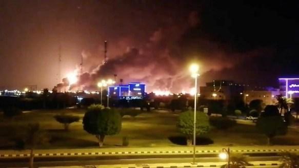 Captura de un video que muestra el incendio luego del ataque de un dron a la petrolera de Arabia Saudita. (Twitter)