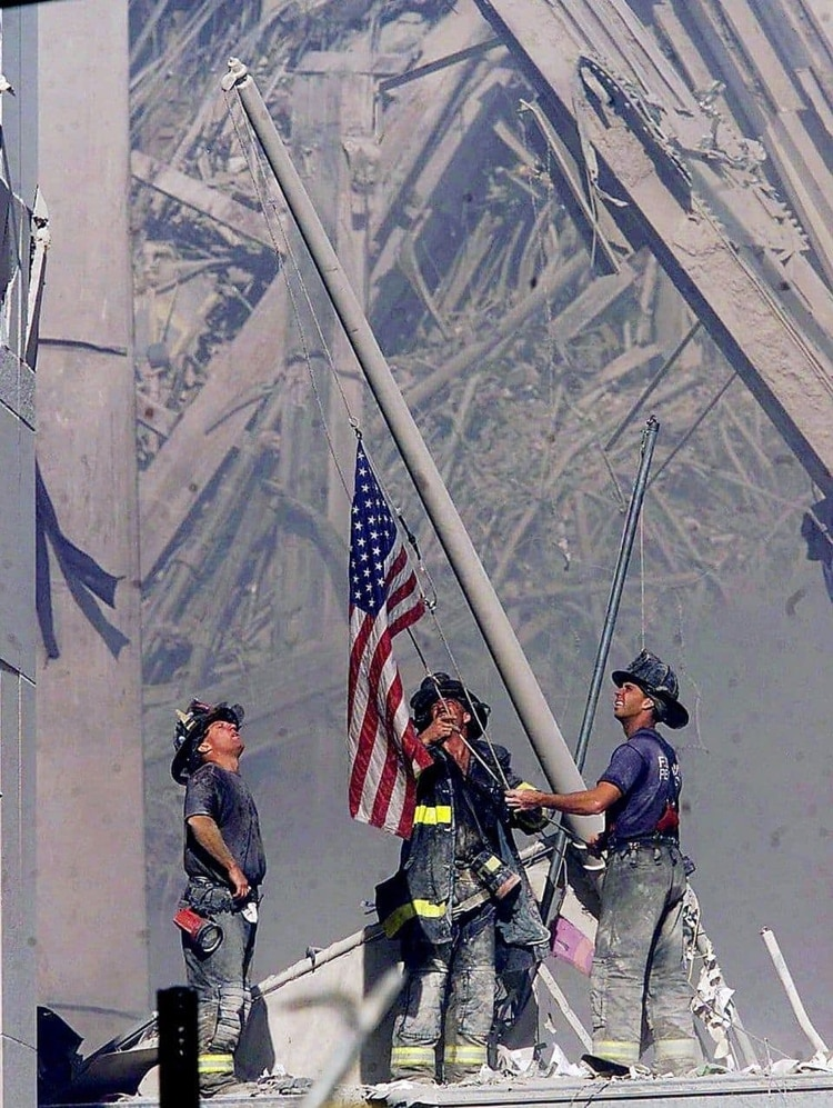 Los bomberos de Brooklyn George Johnson, Dan McWilliams y Billy Eisengrein levantando una bandera estadounidense en la zona cero (Thomas E. Franklin/AP)