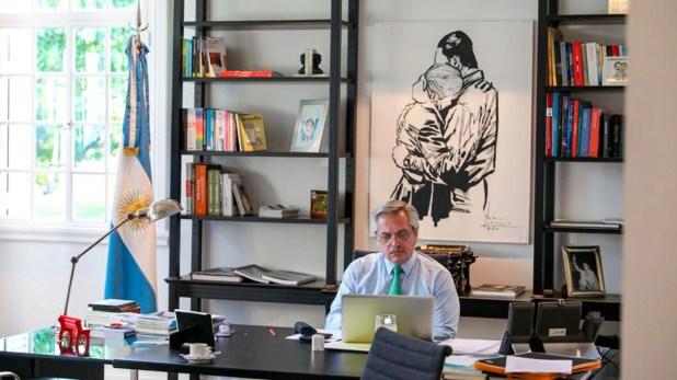 Alberto Fernández en su despacho en la quinta de Olivos