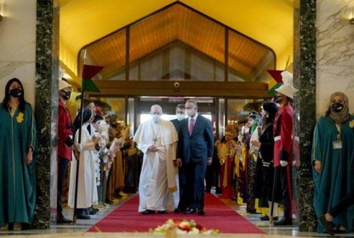 Francisco con el primer ministro Mustafa Al-Kadhimi (Reuters)