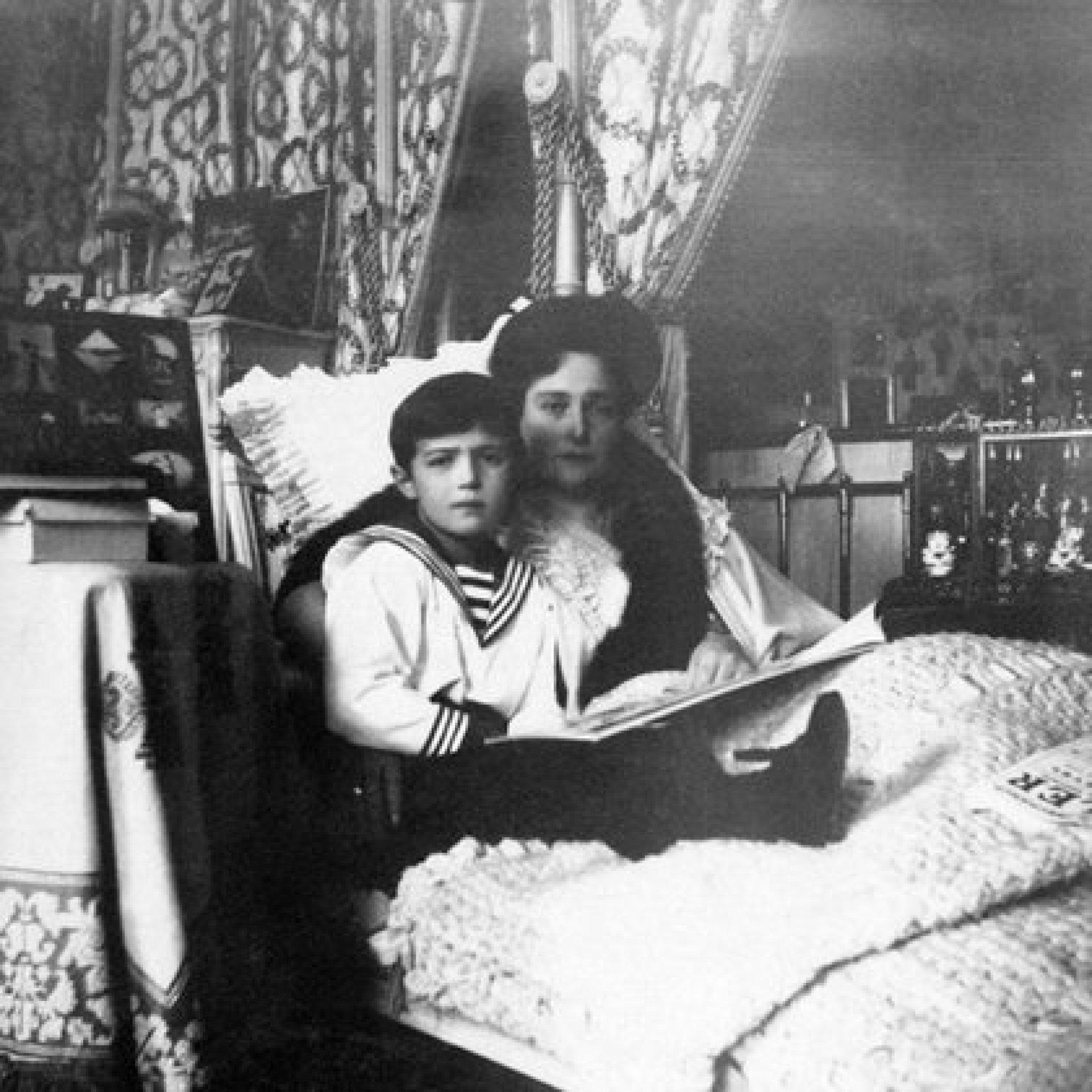 Aleksei Romanov, vestido de marinero, junto a su madre, Alexandra