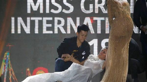 La representante de Paraguay María Clara Sosa Perdomo cae luego de ganar el concurso de belleza Miss Grand Internacional (EFE)