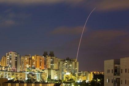 Terroristas palestinos lanzaron al menos 1.500 cohetes hacia Israel desde el lunes (REUTERS/Amir Cohen)