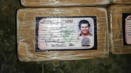 El jefe del Cartel de Medellín y su historia criminal ha marcado el negocio del narcotráfico hasta la actualidad, a pesar de haber muerto hace 27 años. Esta semana se encontró que en Honduras, empacaban drogas con una imitación ficticia de la cédula de Pablo Escobar.   Foto: AFP