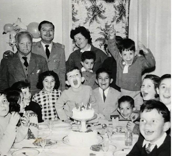 Con su familia y amiguitos el día que cumplía 5 años