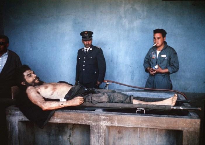El cuerpo de Guevara fue expuesto un día después de su muerte y la primera versión difundida fue que murió por heridas en combate (AFP)