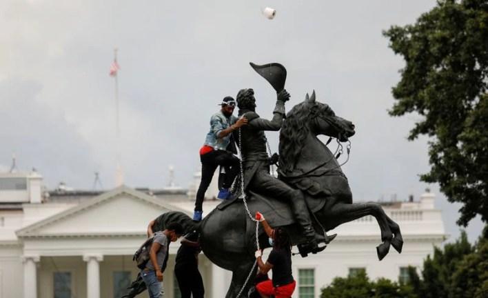 Un grupo de manifestantes trata de derribar la estatua de un expresidente de Estados Unidos, Andrew Jackson, ubicada frente a la Casa Blanca (Jun 22, 2020. REUTERS/Tom Brenner)
