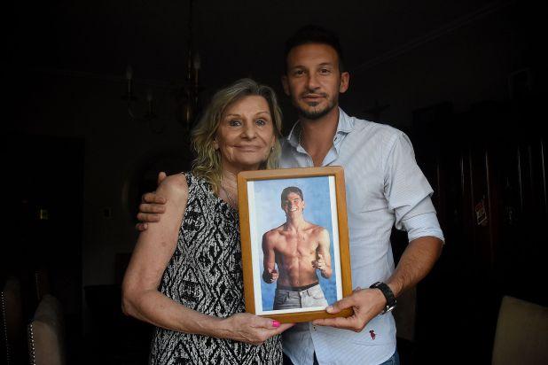 Ivana, la mamá, y Martín, el hermano, con la foto de Mirko, siempre presente (Foto: Nicolas Stulberg)