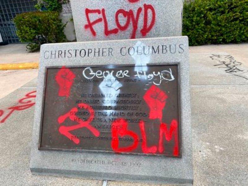 Fotografía divulgada por el Departamento de Policía de Miami donde se observa la placa pintada de la estatua de Cristóbal Colón localizada en el centro de la ciudad de Miami a las afueras del Bayside Marketplace, un recinto al aire libre con tiendas y restaurantes situado frente a la bahía de Miami y al puerto de cruceros. EFE/Policía de Miami