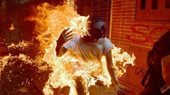 Un manifestante se incendia durante una protesta en Caracas. La imagen recorrió el mundo (AFP)