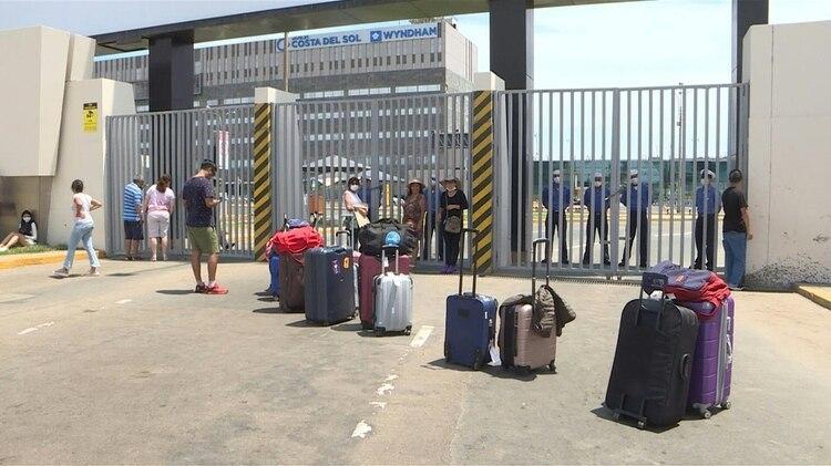 Decenas de pasajeros reclamaban vuelos humanitarios tras quedar varados el martes en Lima por el cierre del aeropuerto internacional, dispuesto para hacer frente a la pandemia de coronavirus