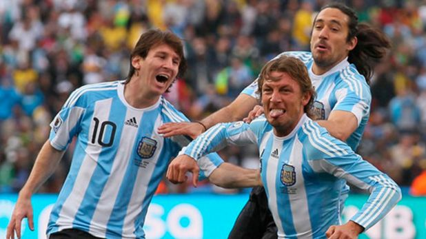 El Galgo quiere colgarse a Heinze, autor del gol frente a Nigeria en Sudáfrica 2010. Messi se suma al festejo.