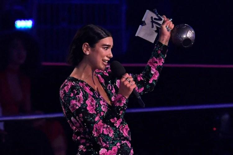 Dua Lipa, recibiendo su premio a mejor artista pop (Photo by LLUIS GENE / AFP)