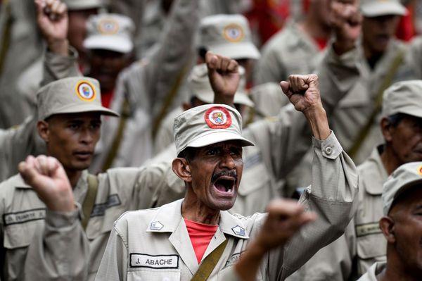 Milicianos chavistas durante una demostración (AFP)