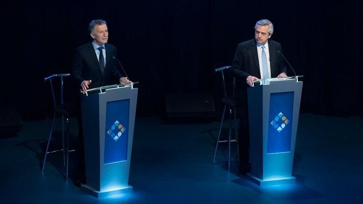 A diferencia del primer debate, Mauricoi Macri y Alberto Fernández están uno al lado del otro