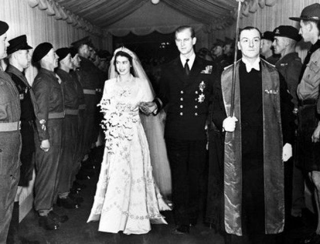 20 de noviembre de 1947. La princesa Isabel de Gran Bretaña y su esposo, el duque de Edimburgo, saliendo de la Abadía de Westminster, Londres, luego de su servicio de bodas
