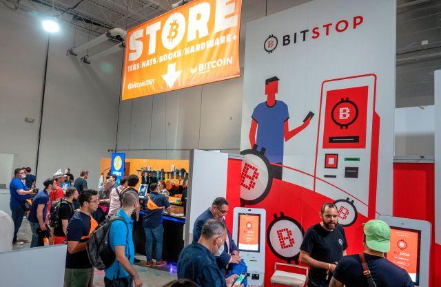 Vista de asistentes a la Conferencia Bitcoin 2021, celebrada en el Centro de Convenciones Mana, en Wynwood, Miami, Florida (EE.UU.), este 4 de junio de 2021. EFE/Cristóbal Herrera