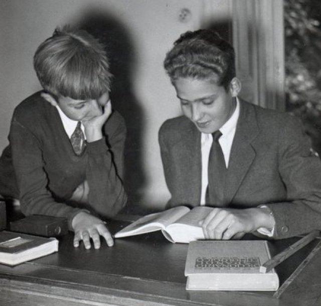 """""""Alfonsito"""" junto a su hermano, el futuro rey Juan Carlos, antes del incidente fatal que terminó con su vida"""