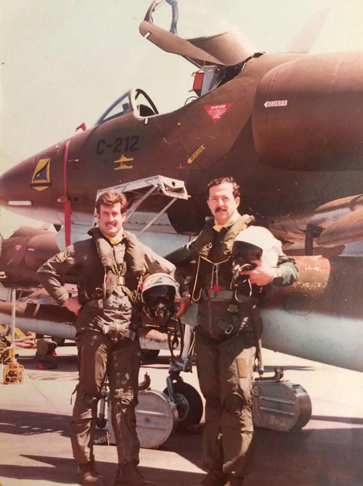 Jorge Bam Bam Barrionuevo, como numeral, y el jefe de la sección Mariano Cobra Velasco. Detrás, los Skyhawks con los que atacarían a la flota británica