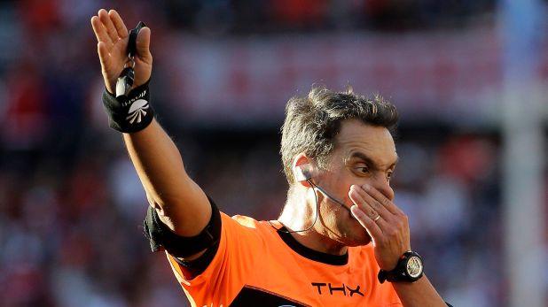 Fernando Rapallini dirigirá el Superclásico del sábado en La Bombonera (Foto: AP/Daniel Jayo)