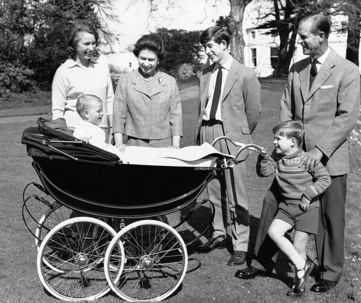 En diciembre de 1965, la reina y el príncipe Felipe con la princesa Ana, Carlos, Andrés y Eduardo, en el cochecito, en los jardines de Windsor. (AP Photo)
