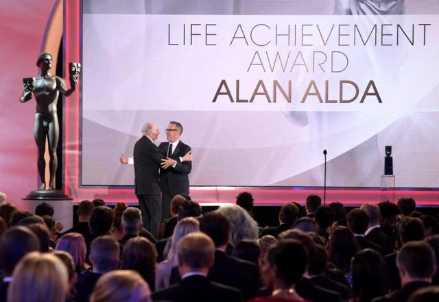 Tom Hanks, a la derecha, le entrega a Alan Alda el premio a la trayectoria durante la ceremonia de los Premios SAG, el domingo 27 de enero del 2019 en Los Angeles. (Foto por Richard Shotwell/Invision/AP)