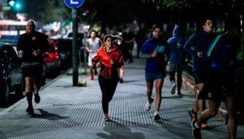 Hundreds of people go out for physical activity, yesterday Monday, after the Government allowed it in Buenos Aires (Argentina).  EFE / Juan Ignacio Roncoroni