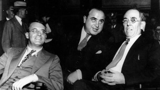 Al Capone en la Corte federal de Chicago en 1931, junto a sus abogados Michael Ahern y Albert Fink (AP)
