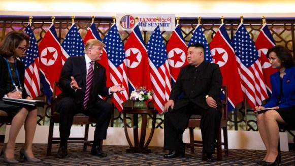Donald Trump junto a Kim Jong-un el 28 de febrero de 2019 en Hanoi, Vietnam (AP Photo/ Evan Vucci)