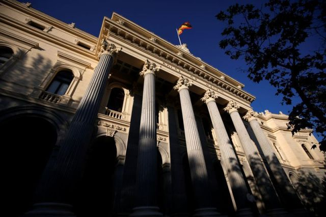 FOTO DE ARCHIVO: Una bandera española sobre el edificio de la Bolsa de Madrid, España, el 1 de junio de 2016. REUTERS/Juan Medina